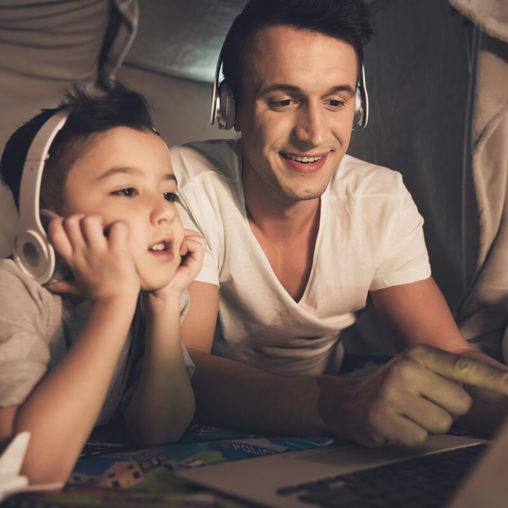 tata z dzieckiem przed komputerem